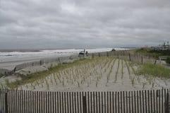 Strand op bewolkte dag Stock Foto's