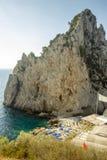 Strand op Capri-Eiland dichtbij Faraglioni-rotsen, Campania, Italië stock foto's