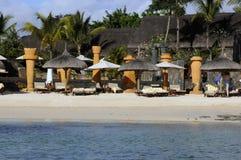 Strand op de oceaan in zonnig weer royalty-vrije stock foto
