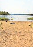Strand op de rivierbank in de zomer Royalty-vrije Stock Afbeeldingen