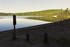 Strand op Edouard Lake in het Nationale Park van La Mauricie Royalty-vrije Stock Foto's