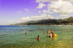 Strand op het overzees op een heldere zonnige de zomerdag stock afbeeldingen