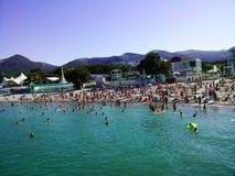 Strand op het overzees op een heldere zonnige de zomerdag royalty-vrije stock foto