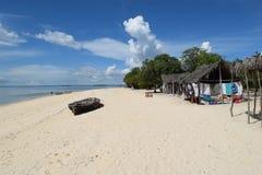Strand op klein eiland dichtbij Zanzibar Stock Foto