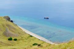 Strand op Lawadarat-Eiland, het Nationale Park van Komodo, Flores, Indonesië stock foto's
