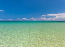 Strand op tropisch eiland Duidelijke blauwe water en hemel stock fotografie