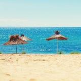 Strand op zonnige dag royalty-vrije stock foto's
