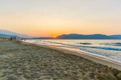Strand op zonsondergang in dorp Kavros in het eiland van Kreta, Griekenland Magische turkooise wateren, lagunes Royalty-vrije Stock Foto's