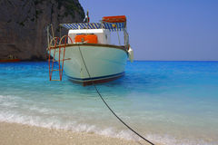 strandömotorboat zakynthos royaltyfria foton