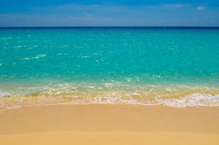 Strand, overzees en diepe blauwe hemel stock afbeelding