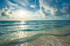 Strand, overzees en diepe blauwe hemel Stock Foto
