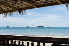Strand, overzees en eilandenmening van traditionele bamboehut Royalty-vrije Stock Afbeelding