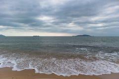 Strand, overzees en hemel Royalty-vrije Stock Afbeeldingen