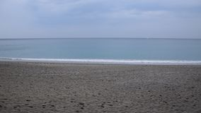 Strand, overzees en hemel in ongebruikelijke kleuren stock video