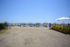 Strand, overzees, Zonparaplu, het grint van zonbedden stock foto
