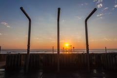 Strand-Ozean-Sonnenaufgang duscht Wasser Stockfoto