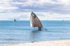 Strand på den soliga dagen i Madagaskar arkivfoton