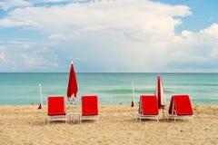Strand på den soliga sommardagen på miami södra Miami Beach på den soliga dagen semestra och koppla av begreppet Arkivbild