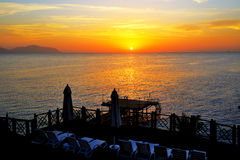 Strand på det lyxiga hotellet under soluppgång Arkivfoton