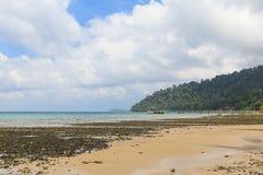 Strand på lågvatten i den Tioman ön Arkivfoto