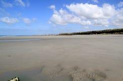 Strand på lågvatten och blå himmel Royaltyfri Foto