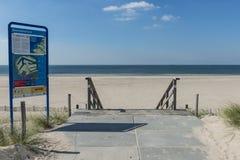 Strand på Maasvlakte Rotterdam med informationstecknet Arkivfoton