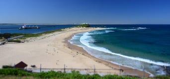 Strand på Newcastle Tankfartyg i bakgrunden Arkivfoton