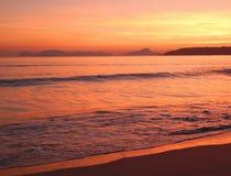 Strand på solnedgången med guld- ljus och öar Galicia spain Europa royaltyfri bild