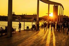 Strand på solnedgången, Rambla Del Mar, Barcelona, Spanien Arkivfoton
