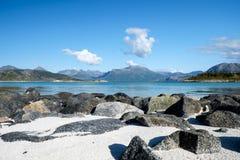 Strand på Sommaroy nära den arktiska cirkeln Royaltyfri Foto