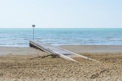 Strand på våren med träpir Arkivfoto