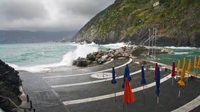 Strand på Vernazza på en grå dag royaltyfria foton