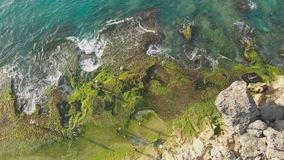 Strand Pantai Tegal Wangi, Insel von Bali indonesien Schattenbild des kauernden Gesch?ftsmannes stock video footage