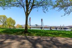 Strand parkerar med Hawthorne Bridge på den Willamette floden i i stadens centrum Portland, Oregon Royaltyfri Fotografi