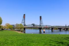 Strand parkerar med Hawthorne Bridge på den Willamette floden i i stadens centrum Portland, Oregon Royaltyfri Foto