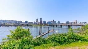 Strand parkerar med Hawthorne Bridge på den Willamette floden i i stadens centrum Portland, Oregon Royaltyfri Bild