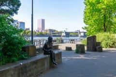 Strand parkerar med Hawthorne Bridge på den Willamette floden i i stadens centrum Portland, Oregon Arkivbilder