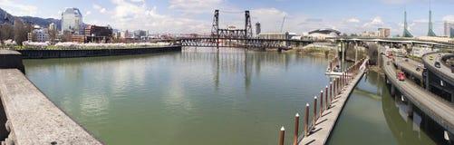 Den Willamette floden beskådar från Burnside överbryggar Fotografering för Bildbyråer