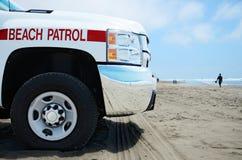 Strand-Patrouillenfahrzeug in dem Ozean Stockfotografie