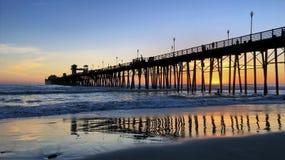 Strand-Pier bei Sonnenuntergang Stockfotos