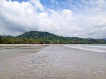 Strand Playa Samara in Costa Rica in het regenachtige seizoen Royalty-vrije Stock Afbeeldingen