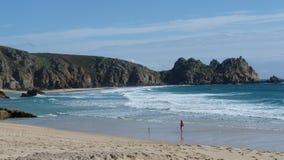 Strand Porth Curno und Treen-Klippen in Cornwall Großbritannien Lizenzfreies Stockfoto