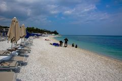 Strand in Portonovo im regionalen Park Conero in Italien Steinige Küste der Adria Wolkiges Wetter, Regen kommt Lizenzfreies Stockfoto