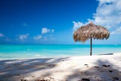 Strand-Regenschirm auf einem vollkommenen weißen Strand Lizenzfreies Stockbild
