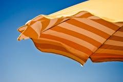 Strand-Regenschirm - Ausschnittspfad eingeschlossen Lizenzfreie Stockbilder