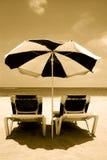 Strand-Regenschirm und Betten Stockfotografie