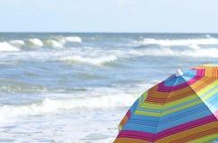 Strand-Regenschirm und Ozean Lizenzfreie Stockfotografie