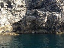 Strand rotsachtige rotsen Royalty-vrije Stock Afbeeldingen