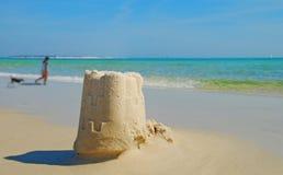 Strand-Sand-Schloss und Hund Stockbilder
