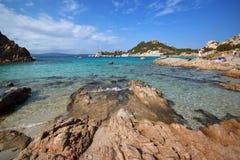 Strand Sardiniens, Porto Istana, der die Insel von Tavolara gegenüberstellt stockbild